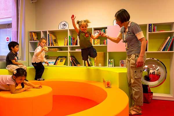 bambini giocano in un museo