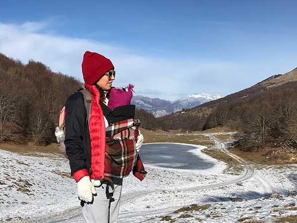 mamma con neonato in montagna monte Baldo neve