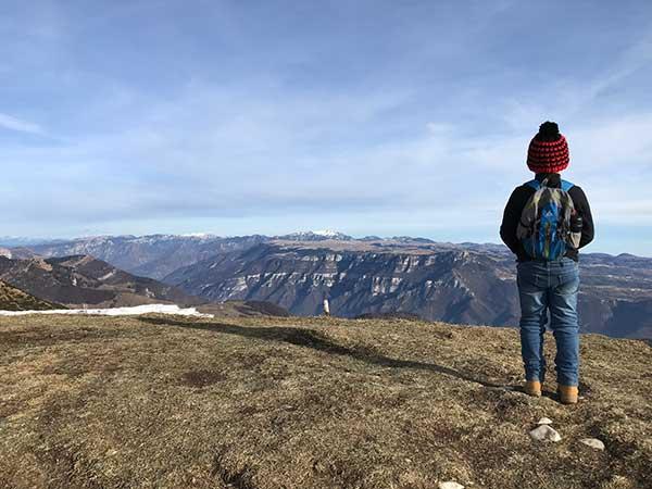 bambino di spalle in montagna