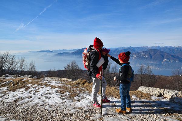 mamma e bambino fanno trekking sul Monte Baldo