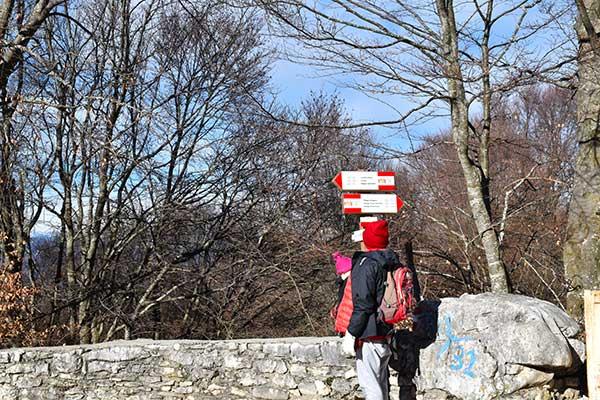 trekking monte Baldo cartelli e dopnna che li guarda
