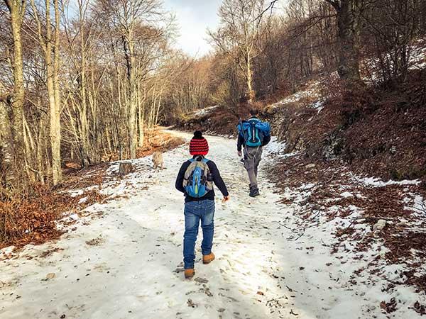 bambini trekking sulla neve