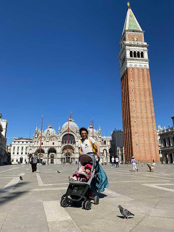 famiglia con passeggino in piazza san Marco a Venezia