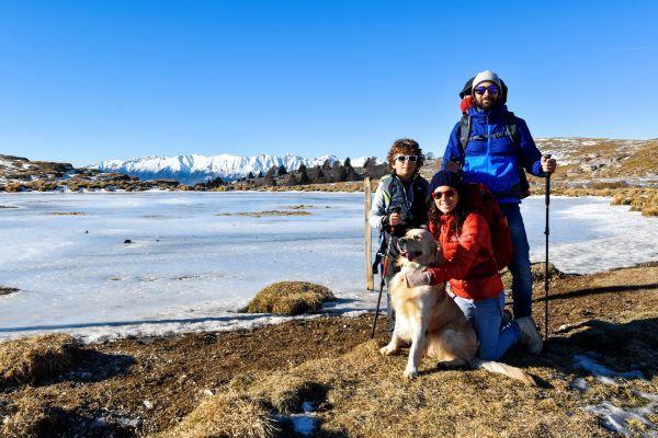 famiglia con cane trekking