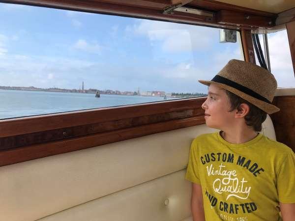 bambino in taxi a venezia