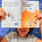 bambino che legge Gianni Rodari