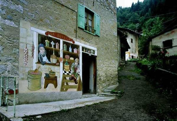 murales su una casa di un borgo