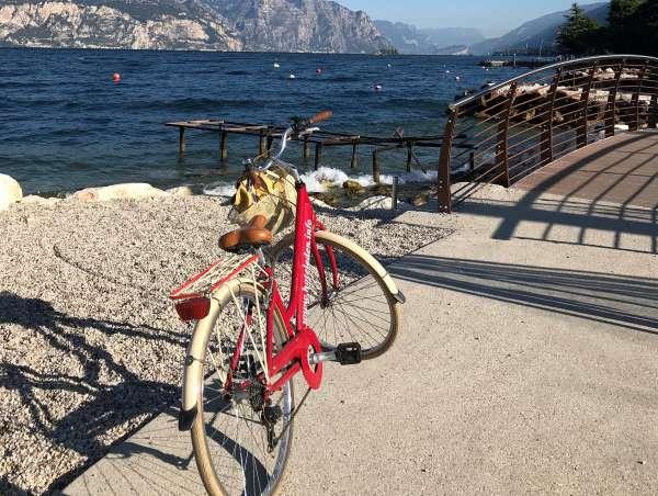 bicicletta lungo pista ciclabile