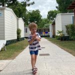 bambino tra i bungalow