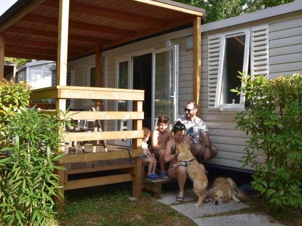 famiglia in campeggio con il cane