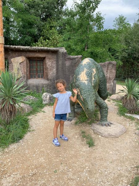 bambina vicino a riproduzione di dinosauro