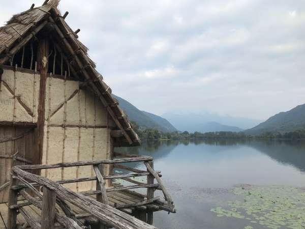 villaggio di palafitte sul lago